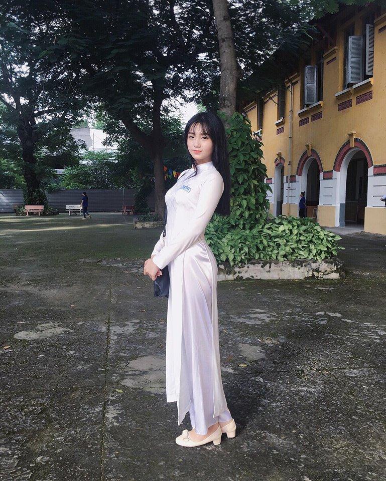 Đời sống - Nhan sắc nữ sinh 10X diện áo dài trắng gây sốt mạng
