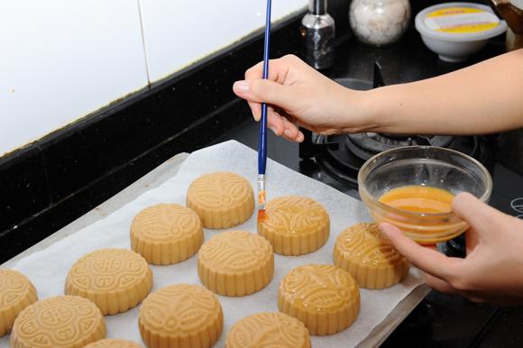 Gia đình - Cách làm bánh Trung thu nhân trứng muối đậu xanh đơn giản (Hình 2).