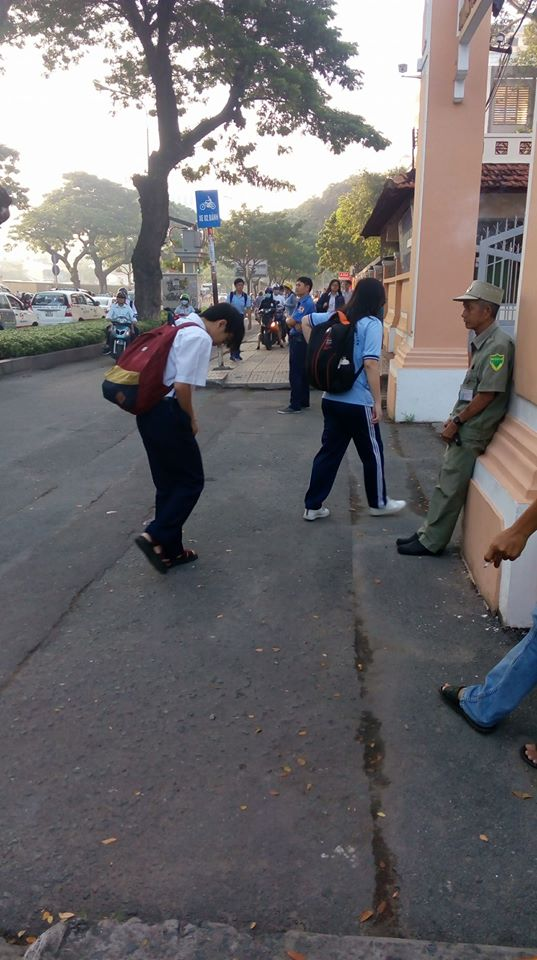 Đa chiều - Học sinh THPT Lê Hồng Phong cúi đầu chào bác bảo vệ: Ấm lòng mà cũng lại xót xa!