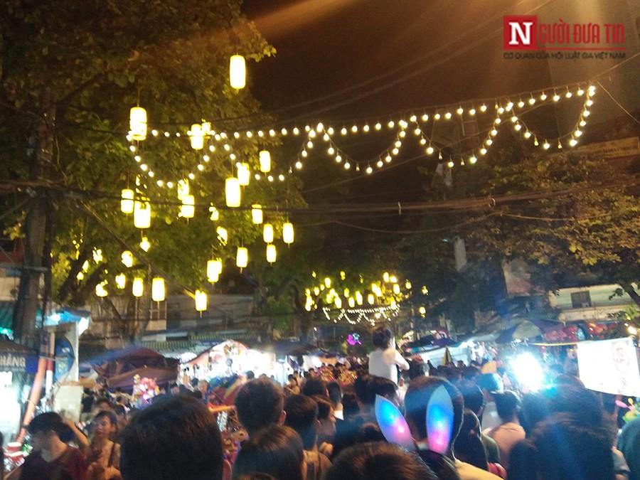 Gia đình - Trung Thu 2017: Dòng người chen chúc đổ về phố Hàng Mã