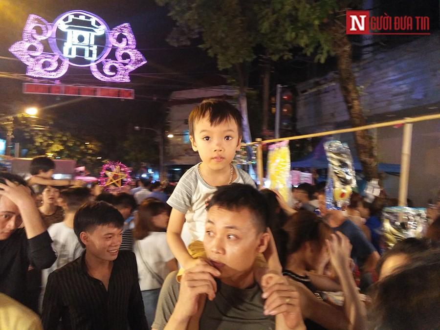 Gia đình - Trung Thu 2017: Dòng người chen chúc đổ về phố Hàng Mã (Hình 3).