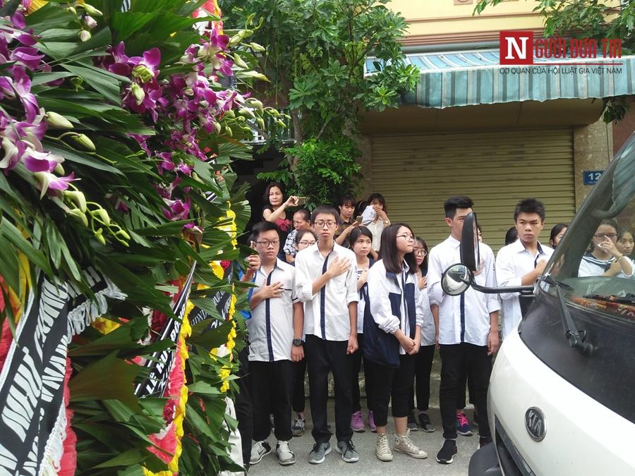 Đời sống - Hàng nghìn cô trò đứng dọc hai bên đường tiễn biệt nhà giáo Văn Như Cương  (Hình 28).