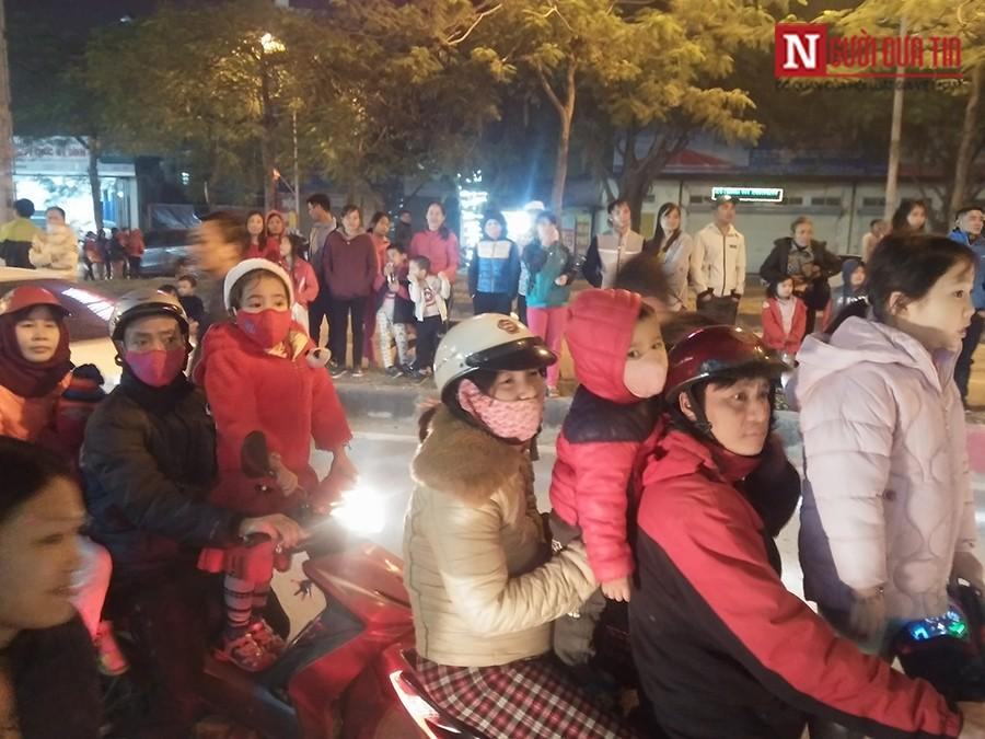 Dân sinh - Chen chân xem Xuân Bắc, Tự Long biểu diễn đêm Noel (Hình 5).
