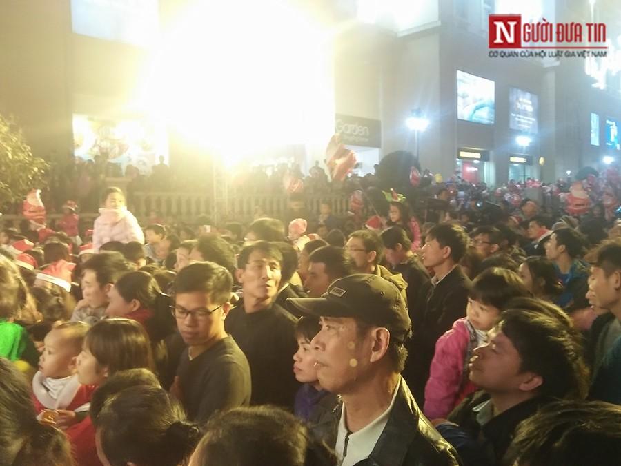 Dân sinh - Chen chân xem Xuân Bắc, Tự Long biểu diễn đêm Noel