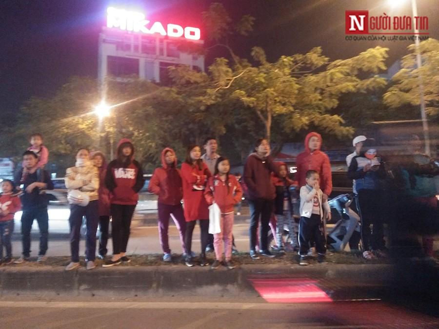 Dân sinh - Chen chân xem Xuân Bắc, Tự Long biểu diễn đêm Noel (Hình 2).