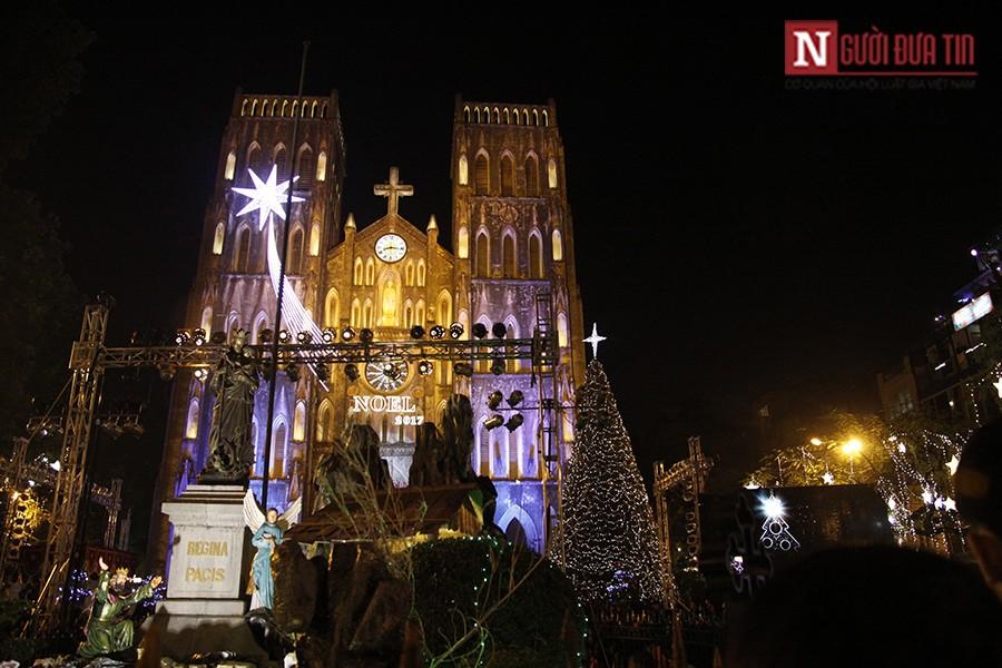 """Dân sinh - Chùm ảnh: """"Biển người"""" đổ về Nhà thờ lớn Hà Nội trong đêm Noel (Hình 2)."""