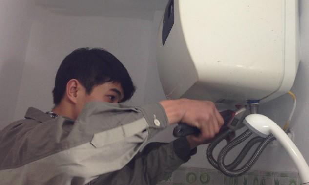 Cộng đồng mạng - Người chia sẻ bình nóng lạnh bị rò điện bất ngờ vì clip hút gần 2 triệu view (Hình 3).