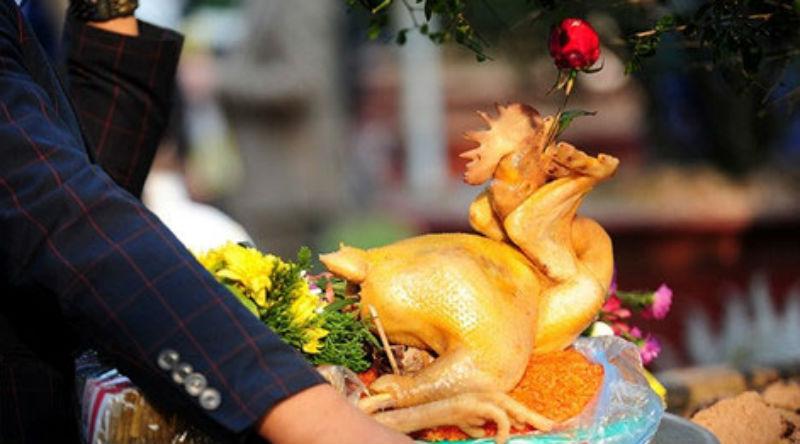 Văn hoá - Vì sao gà để cúng giao thừa ngậm bông hoa hồng màu đỏ?