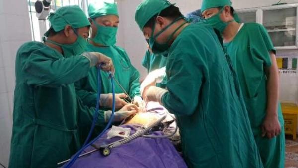 Sức khỏe - Ca phẫu thuật nội soi đầu tiên thực hiện trên đảo Cô Tô
