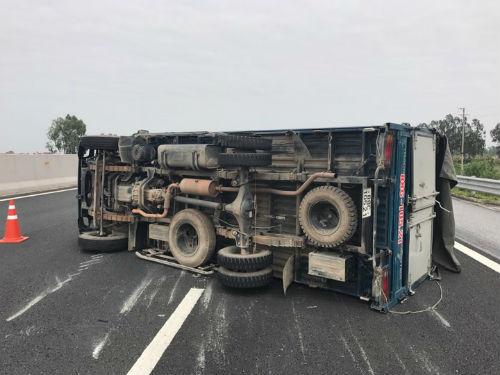 Tin nhanh - Xe tải nổ lốp, lật chắn ngang cao tốc Hà Nội - Hải Phòng