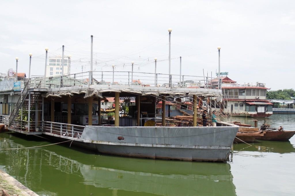 Cận cảnh 'bãi sắt vụn nổi' nhà thuyền ở Hồ Tây - Hình 7