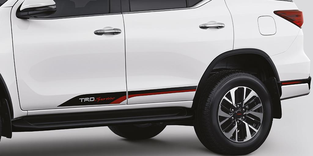 Xe++ - Toyota ra mắt Fortuner TRD Sportivo 2017 tại Ấn Độ (Hình 4).
