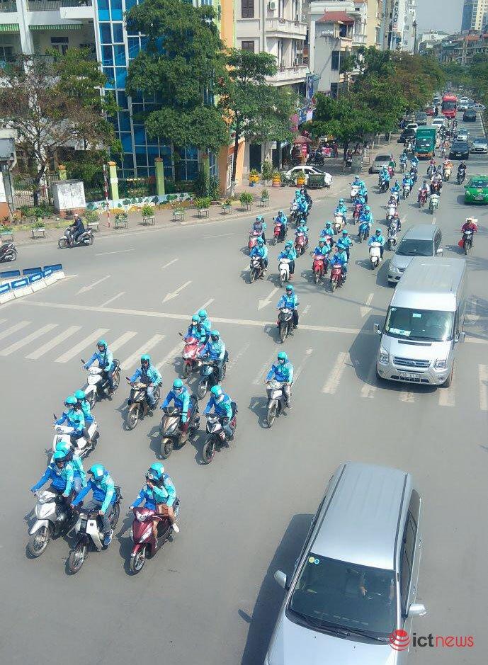 Thị trường xe - Hàng trăm tài xế mặc đồng phục tuần hành chia tay Uber tại Việt Nam (Hình 5).