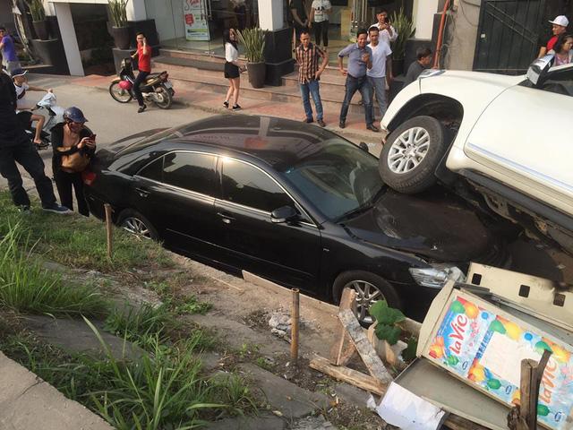 Sau vô lăng - Hy hữu: Toyota Land Cruiser Prado 'trên trời rơi xuống' đè nát đầu Camry (Hình 5).