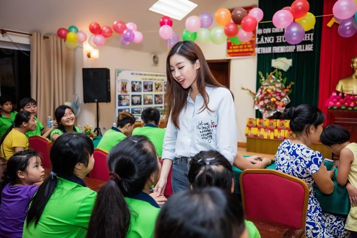 Giải trí - Trước thềm Hoa hậu Thế giới 2017, Mỹ Linh vẫn miệt mài với lịch hoạt động dày đặc (Hình 4).