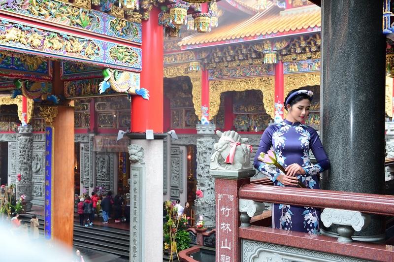 Hoa hậu Ngọc Hân xinh đẹp nao lòng cùng áo dài  - Hình 2