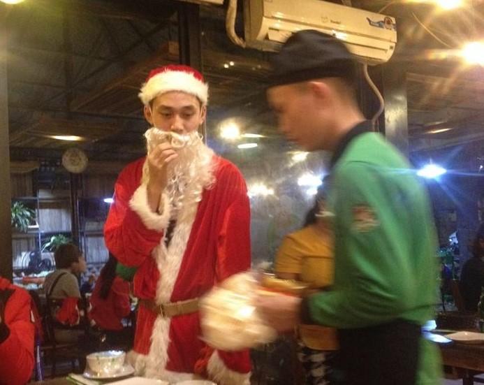 """1001 kiểu đón Giáng sinh: """"Ông già Noel"""" tặng quà trong quán lẩu - Hình 2"""
