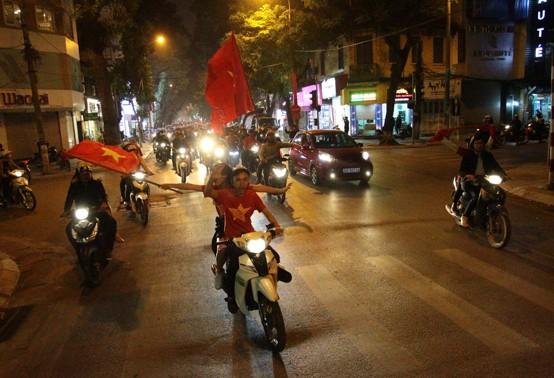 Tin nhanh - Người hâm mộ TP.Cần Thơ đổ ra đường ăn mừng U.23 Việt Nam vào bán kết (Hình 2).
