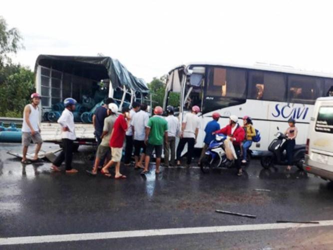 Chính trị - Xã hội - Hai ô tô đâm nhau cuốn xe máy vào gầm, khiến nhiều người bị thương nặng