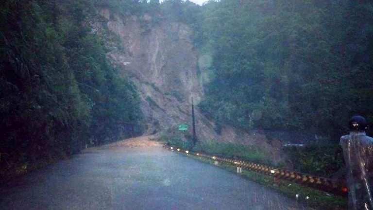Xã hội - Giải cứu nhóm người bị mắc kẹt trên đèo Tà Lương trong đêm