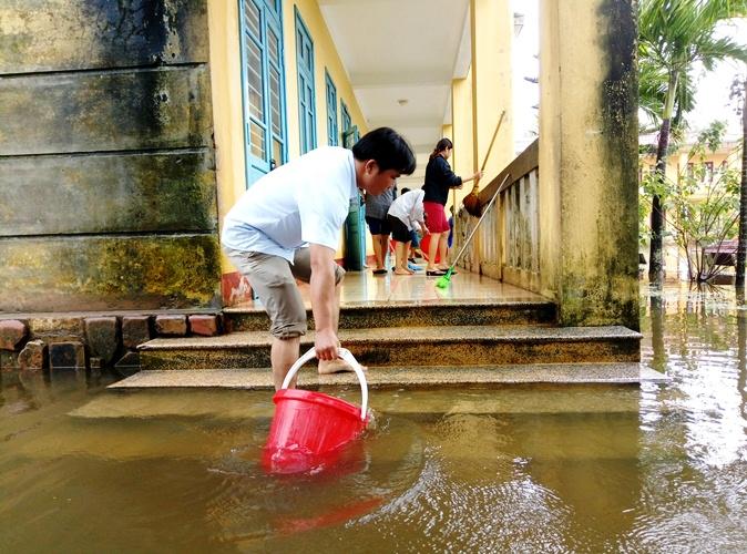 Giáo dục - Thầy cô lót dạ bằng mì gói để dọn vệ sinh trường sau lũ (Hình 2).