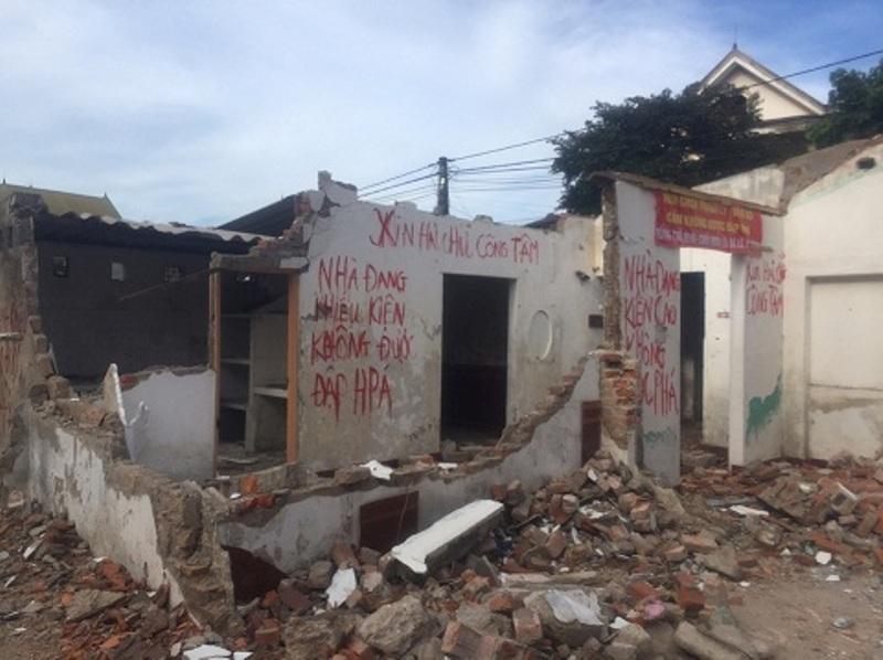 Chính trị - Xã hội - Giải tỏa khu tập thể: Nhà bị đập phá, dân bảo tại phường, phường đổ do dân (Hình 4).