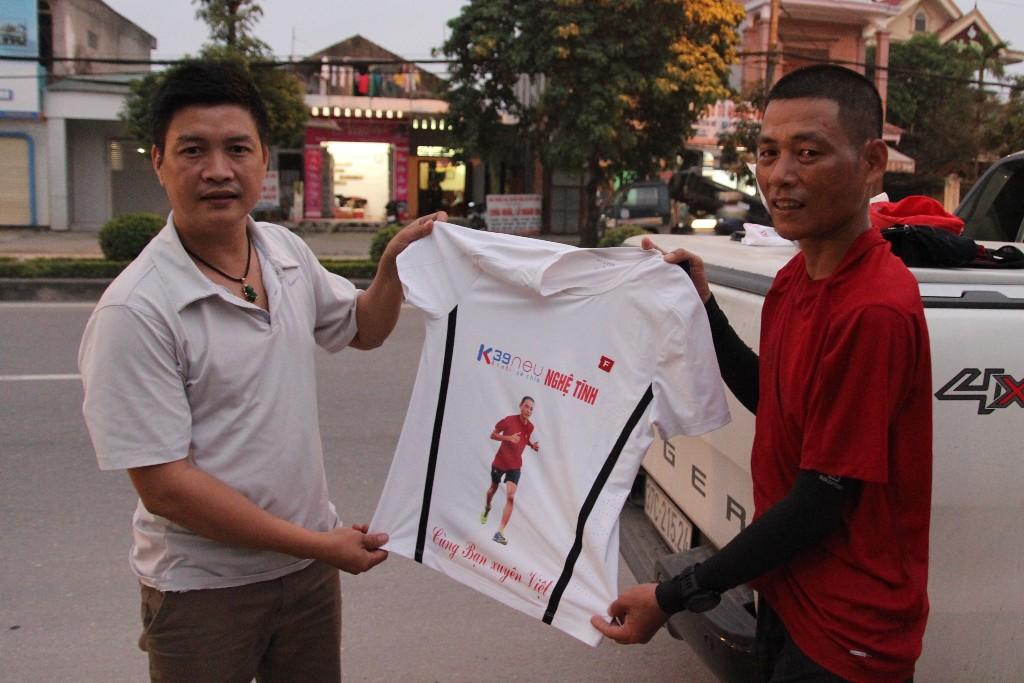 Xã hội - Gặp người đàn ông 40 tuổi chạy bộ xuyên Việt (Hình 2).