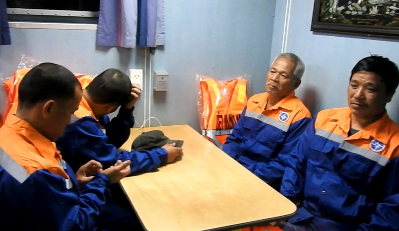Xã hội - 9 ngư dân hoảng loạn sau hơn một ngày chống chọi với sóng biển