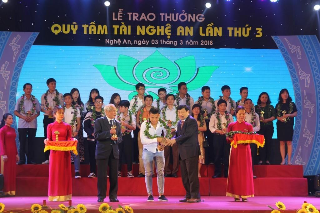 """Thể thao - Văn Đức, Xuân Mạnh bị """"bao vây"""" trong lễ trao thưởng quỹ Tâm Tài Nghệ An (Hình 5)."""