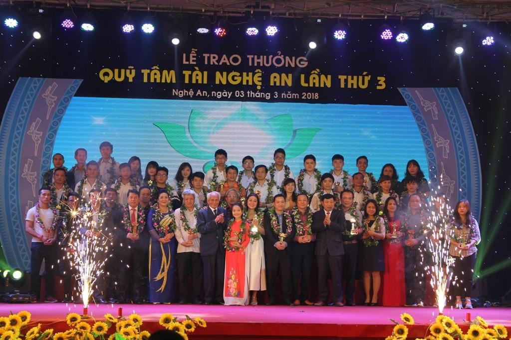 """Thể thao - Văn Đức, Xuân Mạnh bị """"bao vây"""" trong lễ trao thưởng quỹ Tâm Tài Nghệ An (Hình 8)."""