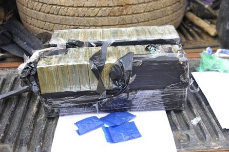 An ninh - Hình sự - Bắt đối tượng vận chuyển hàng chục bánh heroin xuống Hà Nội (Hình 2).