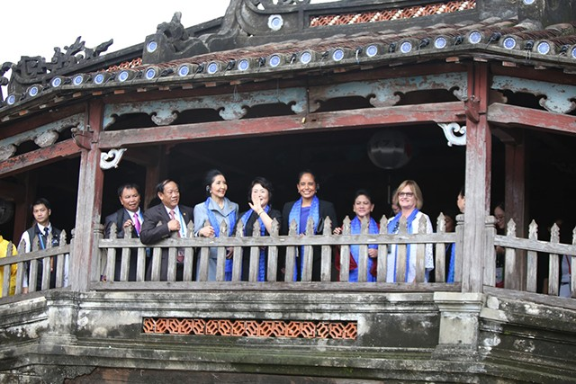 Xã hội - Phu quân, phu nhân lãnh đạo APEC thích thú ngắm phố cổ Hội An (Hình 6).