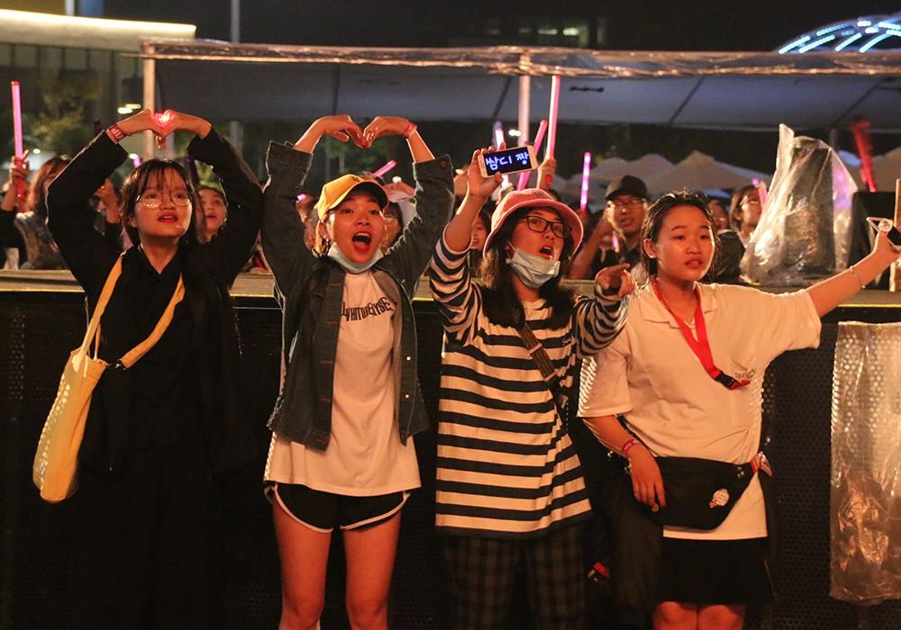 Khán giả cuồng nhiệt dầm mưa cổ vũ bộ 3 sao Hàn đêm giao thừa - Hình 15