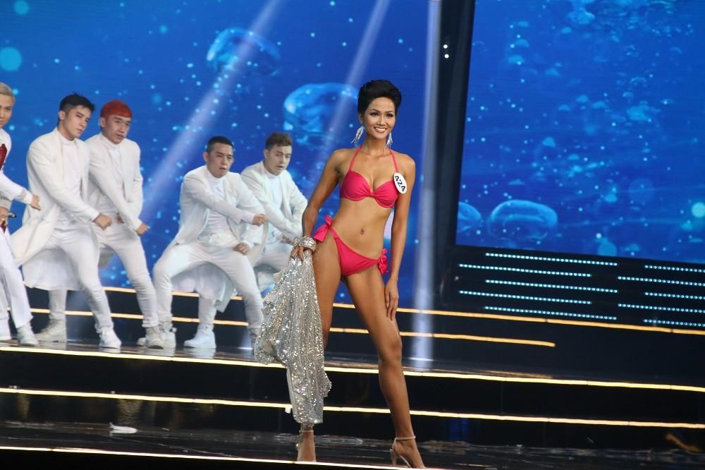 Nhìn lại đêm tỏa sáng của Hoa hậu H'Hen Niê - Hình 3
