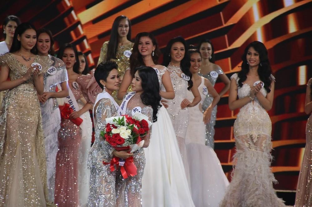 Nhìn lại đêm tỏa sáng của Hoa hậu H'Hen Niê - Hình 10