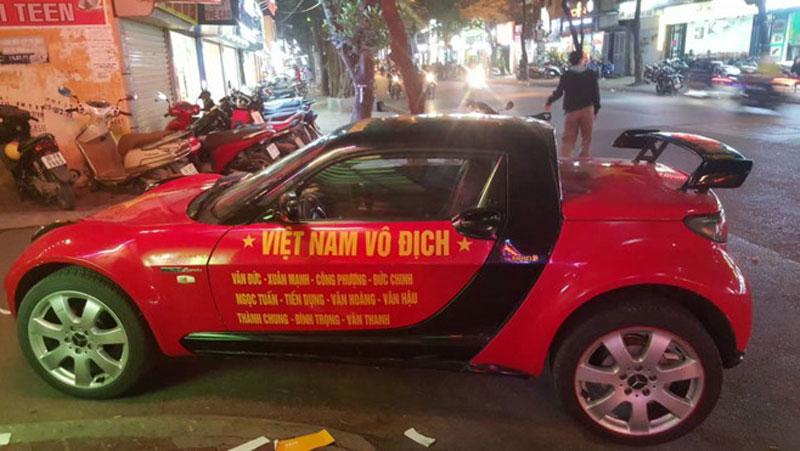 Thú chơi xe - Xế độc Smart Roadster dán decal 'nổi bần bật' cổ vũ U23 Việt Nam (Hình 3).