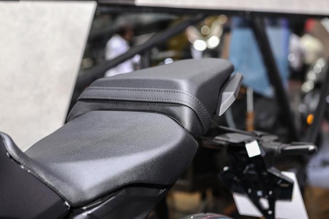 Thị trường xe - Nakedbike được săn đón Honda CB300R 2018 tung giá bán chính thức (Hình 3).