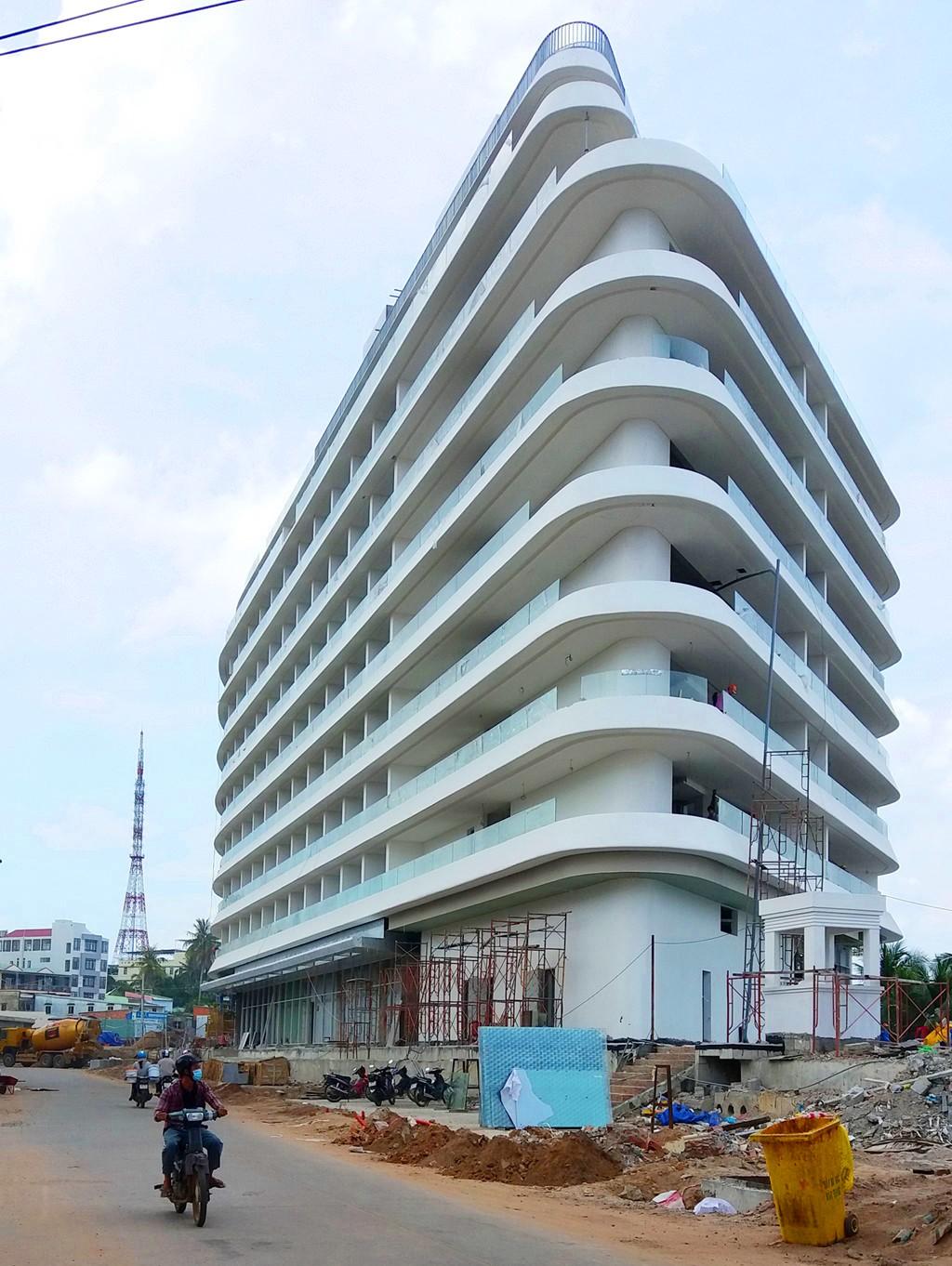 """Bất động sản - """"Cắt"""" 2 tầng khách sạn 5 sao xây sai phép tại Phú Quốc"""