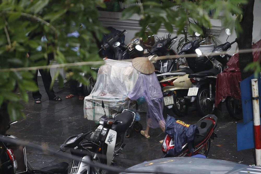 Hà Nội, những cơn mưa về ru nỗi nhớ - Hình 13