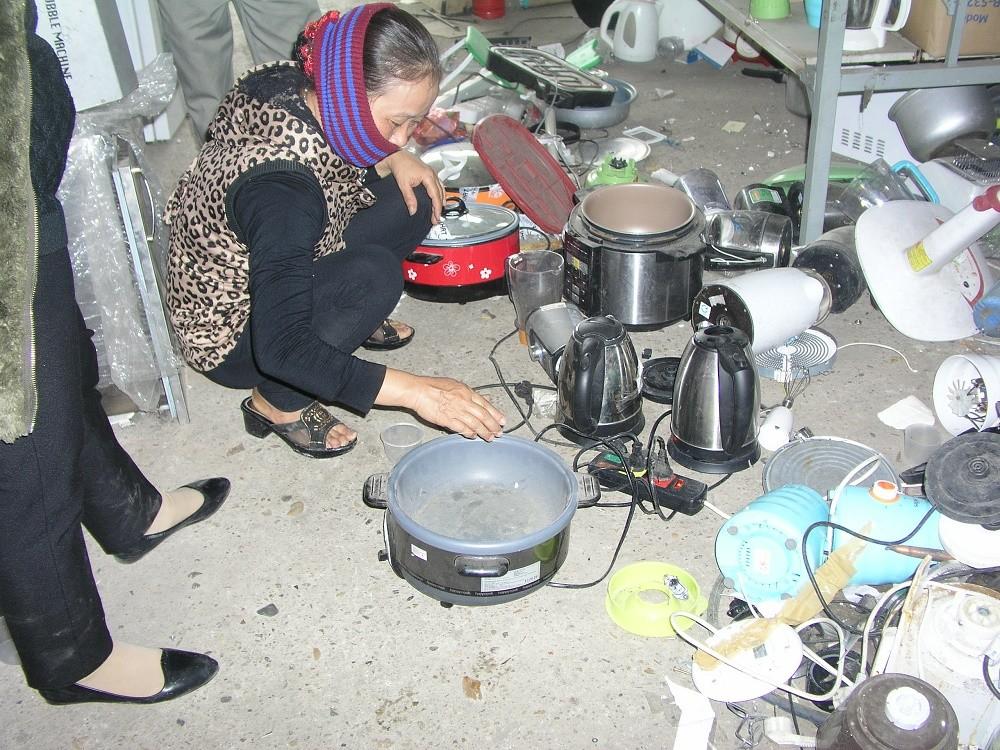 Hà Nội: Chợ bán đồ cũ như bãi tập kết phế liệu  - Hình 6