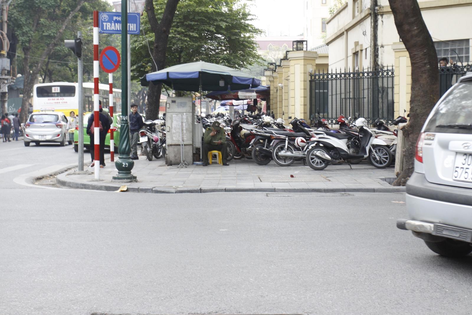 """Cận cảnh các bãi đỗ xe ở Hà Nội trước giờ """"G"""" tăng giá - Hình 13"""