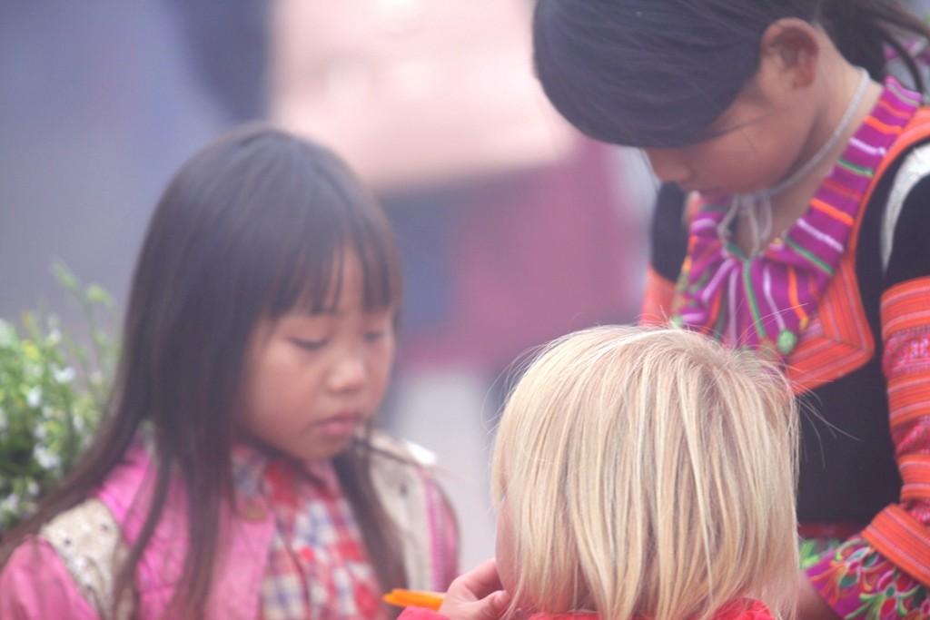 Những đứa trẻ làm người mẫu giữa khu du lịch đồi chè trái tim - Hình 5