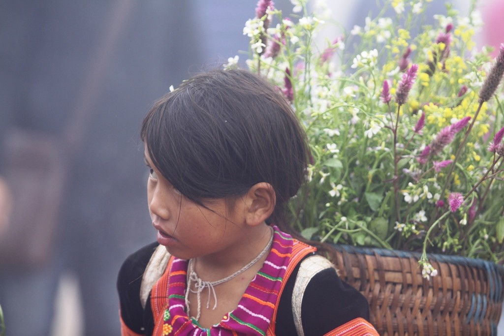 Những đứa trẻ làm người mẫu giữa khu du lịch đồi chè trái tim - Hình 6