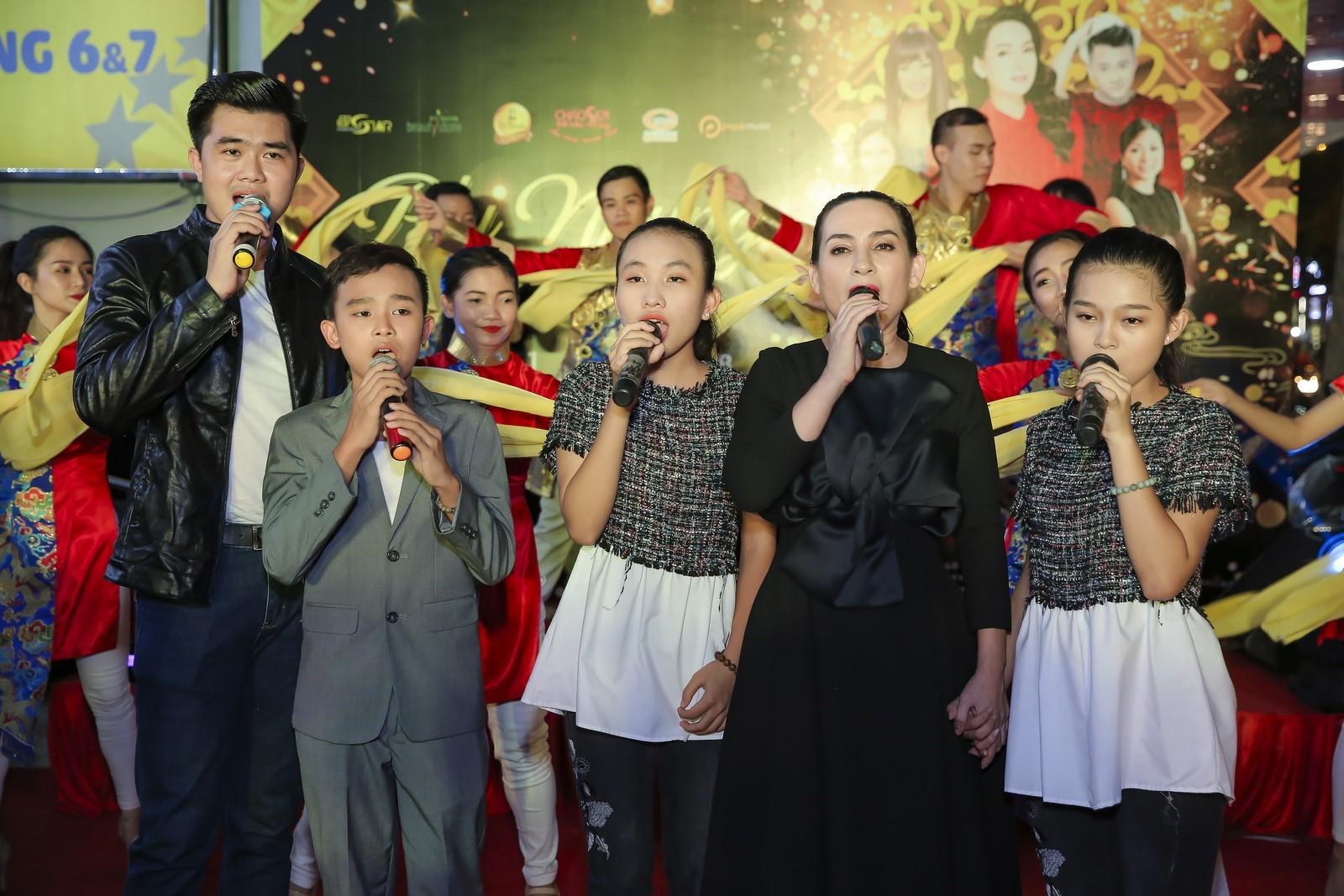 Ngôi sao - Phi Nhung hạnh phúc đưa con gái về nước và tổ chức fan metting