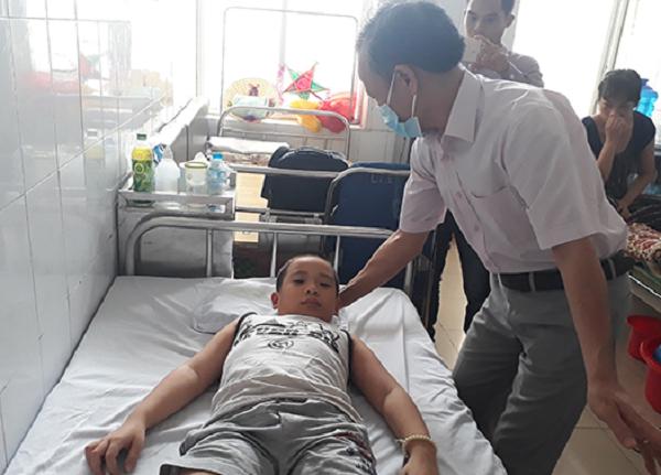 Sức khỏe -  Bé trai mắc bệnh lạ, nâng đầu dậy là ngất, nằm xuống 1 phút lại tỉnh