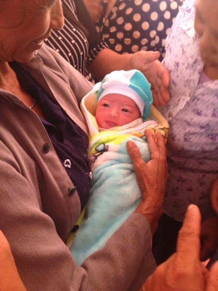 Chính trị - Xã hội - Nam Định: Bé sơ sinh còn nguyên dây rốn bị bỏ rơi trước cổng nhà dân