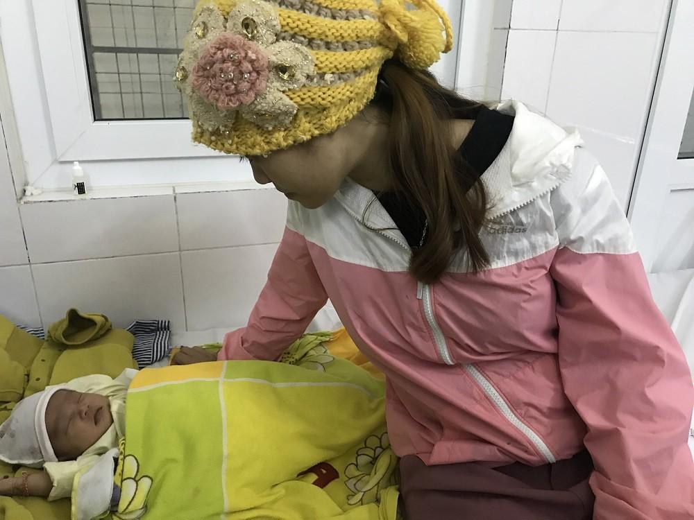 Các bệnh - Con đau mắt, mẹ vắt sữa chữa bệnh nguy cơ mù mắt trẻ