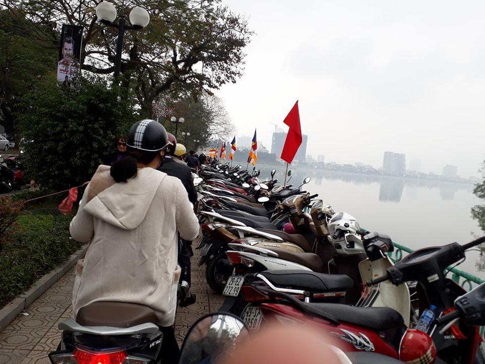 Xã hội - Phật tử đi chùa bị 'chặt chém' vé gửi xe và phí 'trên trời'