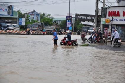 Xã hội - Ảnh hưởng bão số 10, đường phố TP.Biên Hòa biến thành sông (Hình 6).
