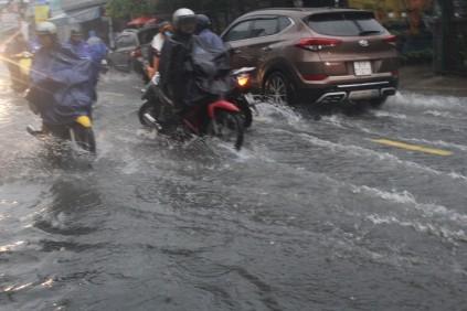 Tin nhanh - Mưa cả ngày, đường phố TP.HCM lại ngập nặng  (Hình 3).